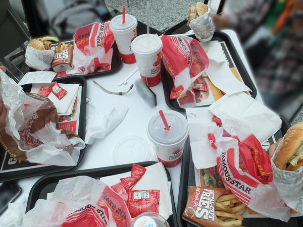 机の上に乗ったハンバーガー達
