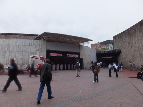 メトロの駅   っぽい建造物