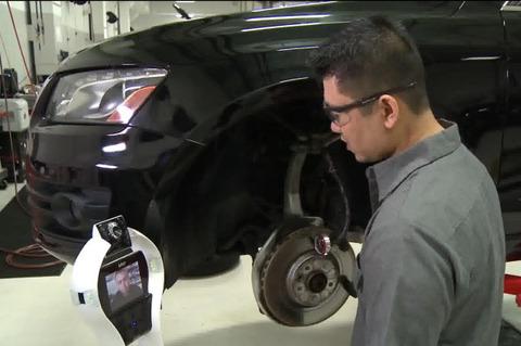 アウディが導入した、車の修理をサポートするロボット!