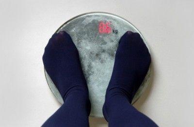 「月で量ったら体重1/6」現実逃避する体重計「ムーンスケール」発売
