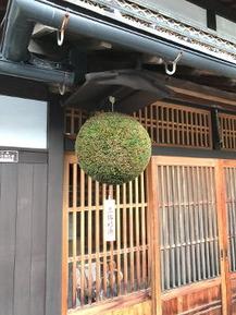 三輪神社より送られてきます。大きい方はお客様用玄関に