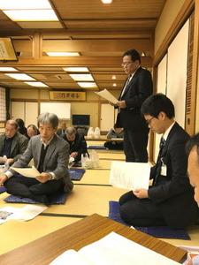 向かって右が司会の中田氏、左が議案報告の友田氏