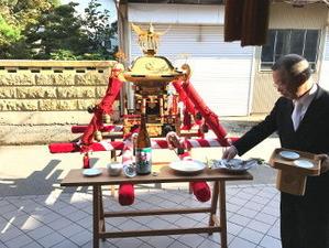 祭壇にお酒、米、水、するめ
