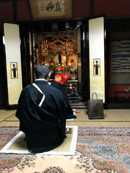 うちの本家の仏壇です。まず正信偈を唱えます