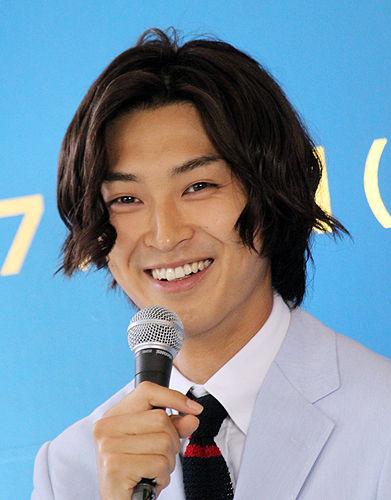 マイクを手に笑顔を見せる松田翔太