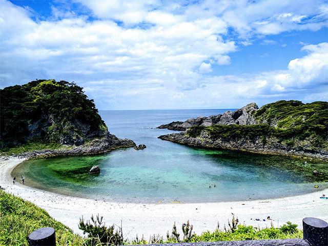 泊海岸 新島と式根島(新島村)は観光と漁業の島