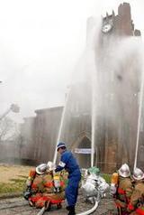 放水を受ける東京大学の安田講堂