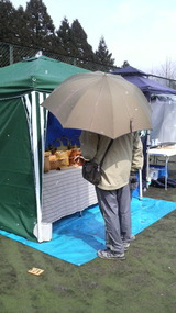 傘をさす客