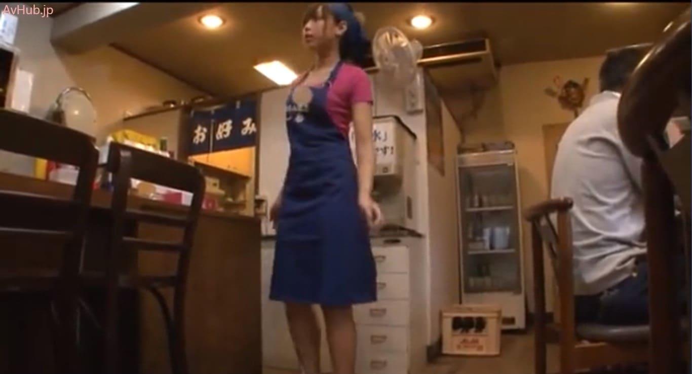 【佐倉カオリ】お好み焼き屋の美人店員に遠隔ロータープレイ!濡れ濡れになったマンマンを電マ&バイブいかせ