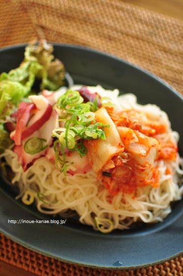 この日は刺身用のタコ、キムチをトッピングして、白だしと米酢を掛けて冷麺風~