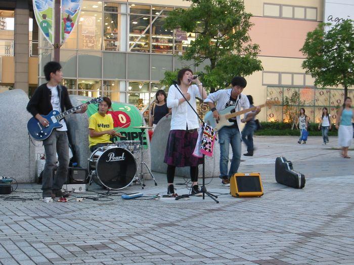 駅前ライブ(千葉・海浜幕張駅前)