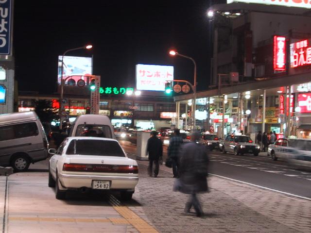 夜の青森駅前