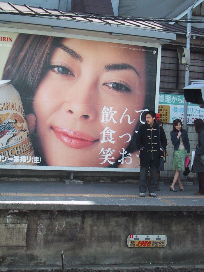 駅のポスター(東京・自由が丘駅)