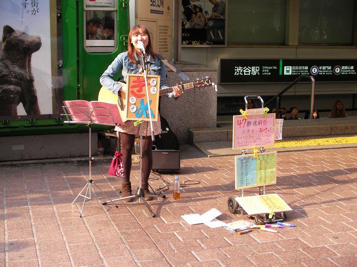 被災地へ届け! 広島出身「きぬ」の路上ライブ