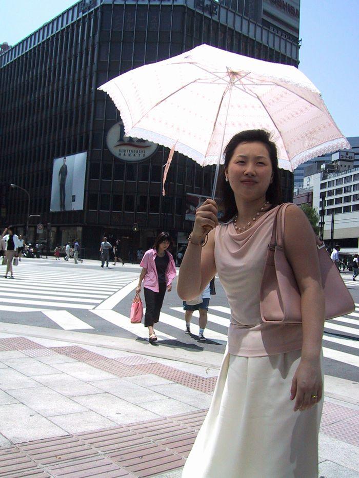 日傘が眩しい数寄屋橋交差点