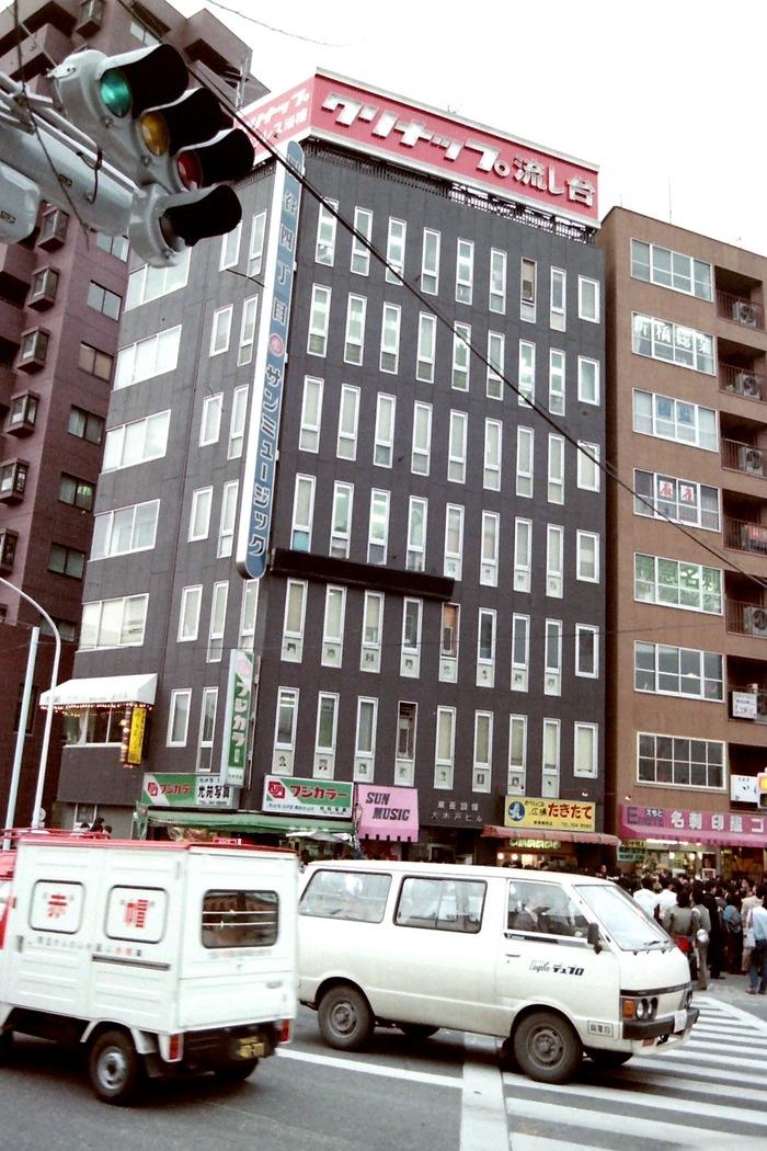 岡田有希子さんの自殺現場(東京・四谷四丁目のサン・ミュージック前)
