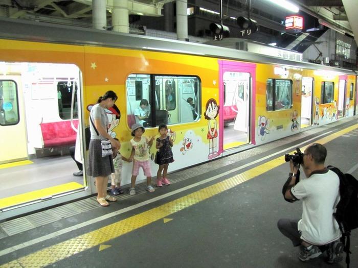 東京都屋外広告物条例違反の小田急線「ドラえもん電車」は是か非か?
