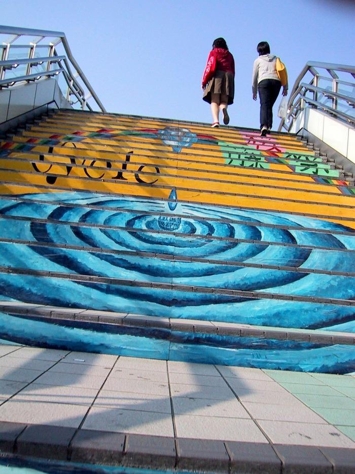 カラフルな階段(小田急江ノ島線六会日大前の階段)
