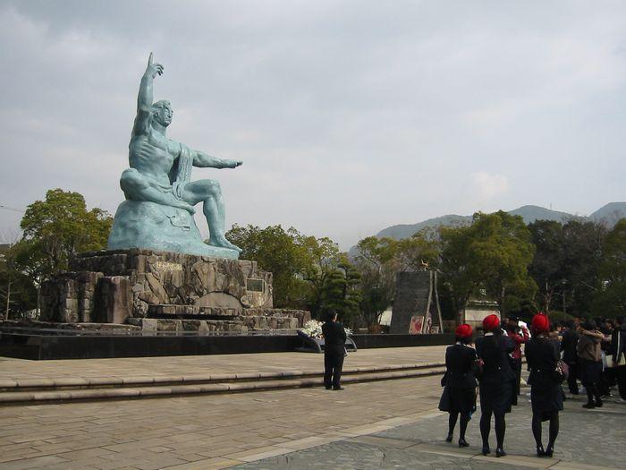 長崎・平和祈念像とバスガイドさん