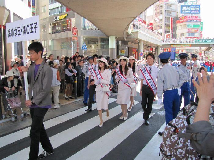 海の女王様・海の王子様のお通りです(藤沢駅南口)