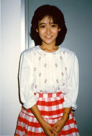 岡田有希子(赤チェックスカート)