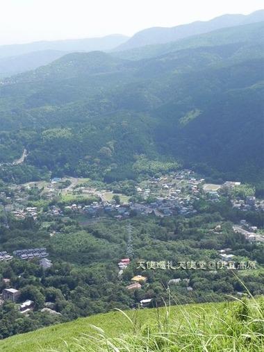 大室山山頂から天使巡礼天使堂を撮影