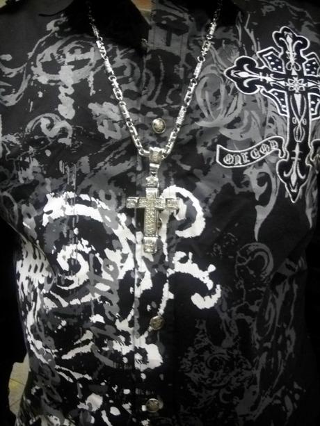 十字架とジャケット左胸のクロス
