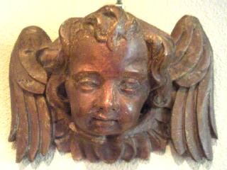 アンティックな木彫の智天使