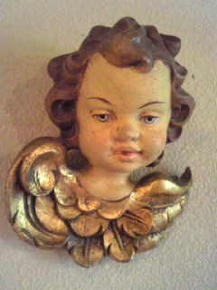 レトロな木彫の智天使