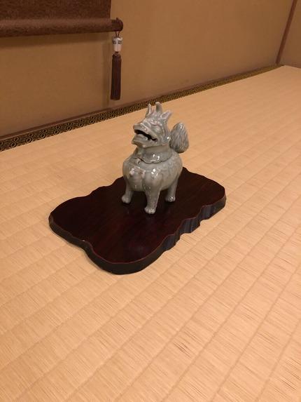 大丸別荘の客室床の間に鎮座する陶器豼貅