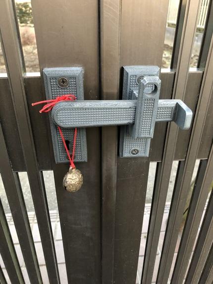 門の錠前に取り付けた牛鈴