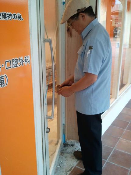 玄関扉に羅盤を押し当てての測定