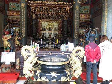 本殿の三清道祖神に拝する