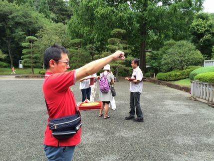 昭和天皇陵の坐向を下盤中の実習生達