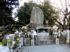 猫たちの墓(生類慰霊碑)
