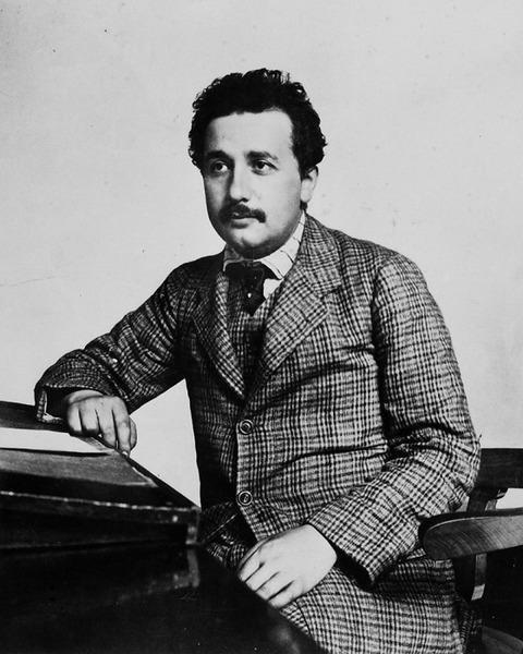 3アインシュタイン。1905年特許員で論文発表