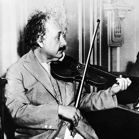 1バイオリンを弾くアインシュタイン