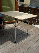 二つ折りのテーブルを広げて