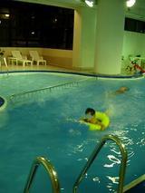 食後にホテルのプールで
