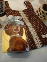 手作りバッグとワンちゃんのお菓子