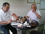 さぬきうどん協同組合理事長(右)に試食してもらう。左は兼本さん