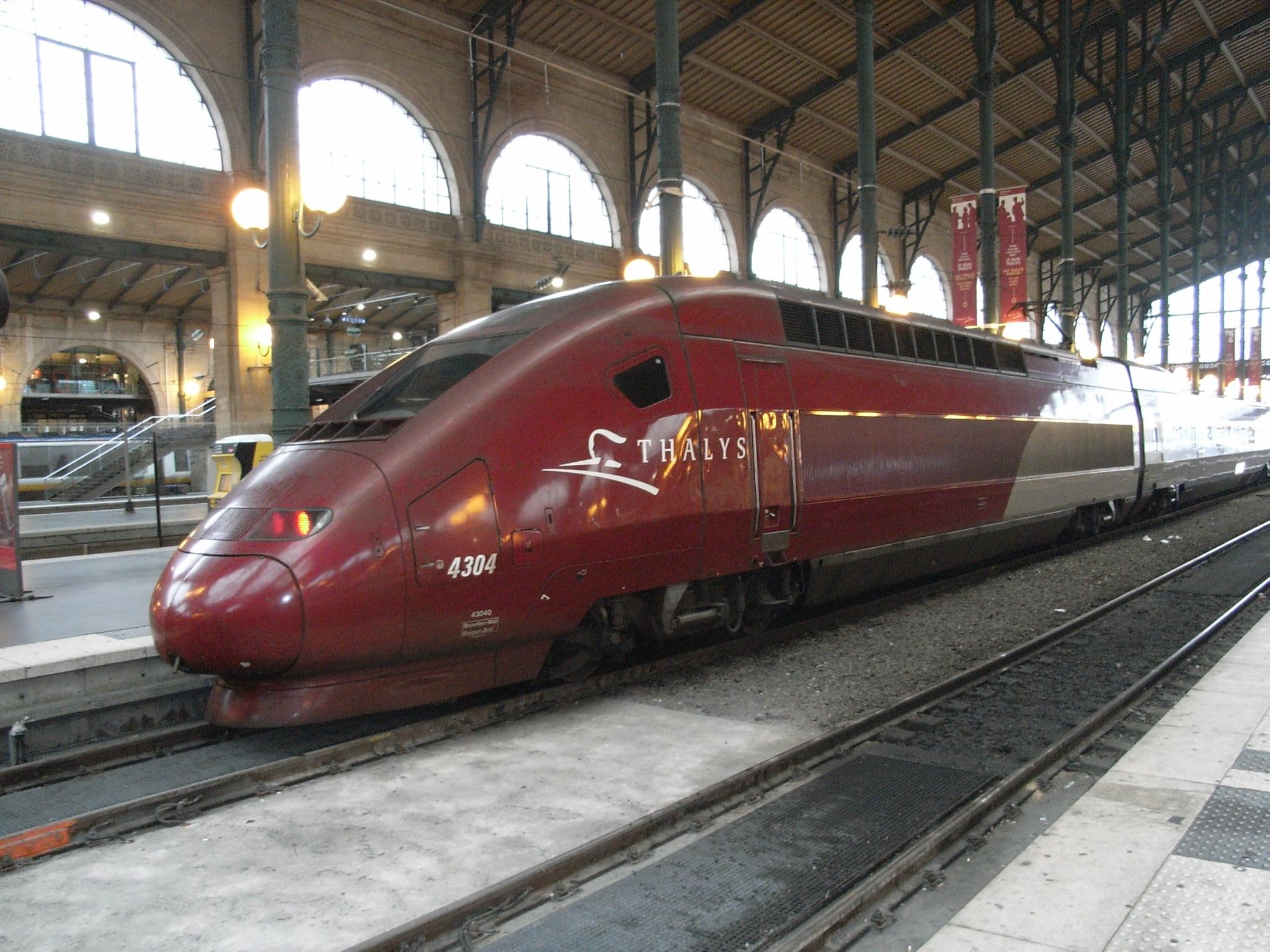 赤色のかっこいい電車の壁紙