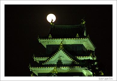 月と岡山城2