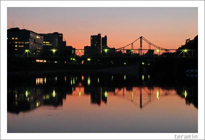 暮れゆく空と川と街と2