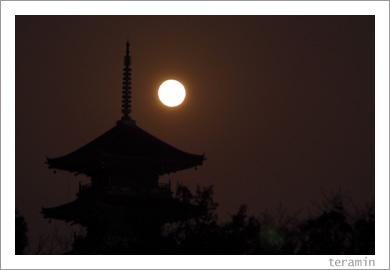 月と五重塔1