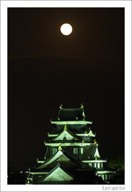 月と岡山城1