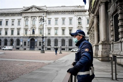 無人の広場のマスク警官650