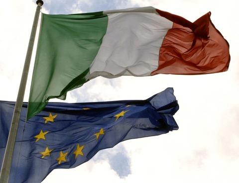 EU&イタリア旗はためくPhoto: Gerard Cerles(AFP)