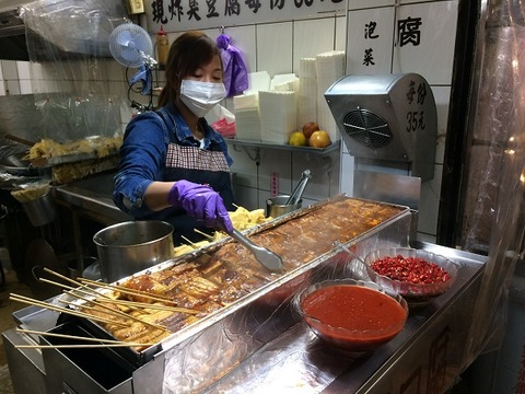 マスク姿で臭豆腐を煮る人ヒキ600