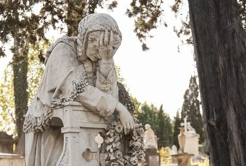 泣く女性銅像800